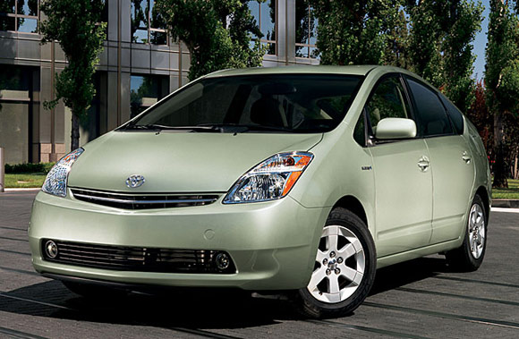 Toyota Prius price lowered in Japan to match Honda Insight thumbnail