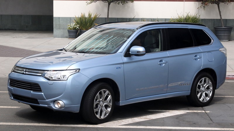 Mitsubishi Outlander PHEV delayed until early 2016 in US thumbnail