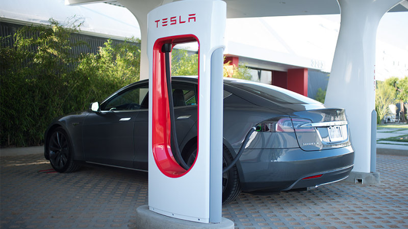 Tesla launches Supercharger valet service thumbnail